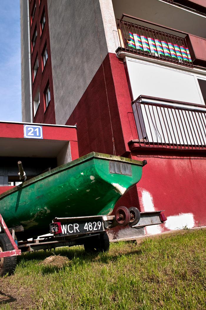 łódka zaparkowana przed blokiem na Kozanowie